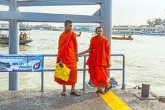 Två unga munkar i Bangkok Royaltyfri Foto