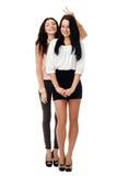 Två unga stående kvinnor har gyckel Royaltyfria Bilder