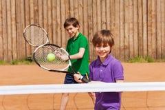 Två unga tennisspelare som väntar på en boll Arkivbild