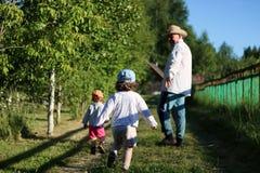 Två ungar går farfadern Royaltyfria Bilder