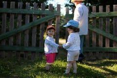 Två ungar går farfadern Royaltyfri Bild