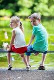 Två ungar i en parkera Fotografering för Bildbyråer
