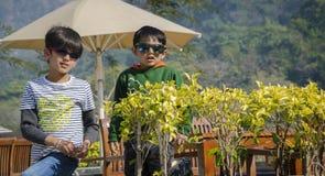 Tv? ungar som har gyckel tillsammans fotografering för bildbyråer