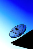 TV vía satélite con el cielo de la puesta del sol Fotos de archivo