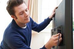 TV van Installing New van de televisieingenieur thuis royalty-vrije stock afbeeldingen