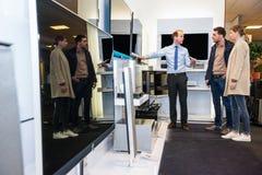 TV van verkopersshowing flat screen in Hypermarket Te koppelen royalty-vrije stock foto