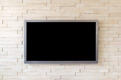TV-vertoning op moderne bakstenen muurachtergrond met het zwarte scherm Stock Foto