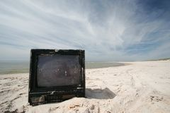 TV vieja en la playa foto de archivo libre de regalías