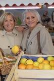 Två vänner på marknaden Royaltyfria Bilder