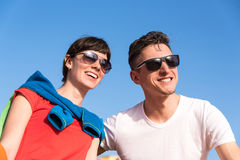 Två vänner som kopplar av på bänken efter en promenad Royaltyfria Bilder