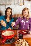 Två vänner som äter fondue Royaltyfri Bild