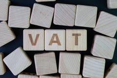 TVA, concept de taxe à la valeur ajoutée par le bloc en bois de cube avec l'alphabet établissant le mot TVA au centre sur le fond photographie stock libre de droits