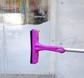 Tvagning av ettfönster med bruk av en special borste Arkivbilder