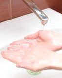 Tvagning av händer under rinnande vatten Royaltyfria Bilder