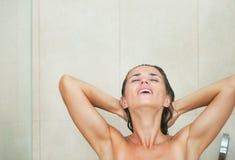 Tvagning för ung kvinna i dusch Arkivbild
