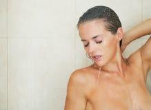 Tvagning för ung kvinna i dusch Royaltyfria Bilder