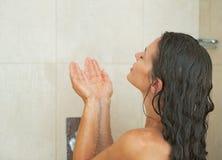 Tvagning för ung kvinna i dusch. bakre sikt Royaltyfria Bilder