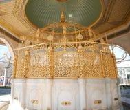 Tvagning knackar lätt på på den blåa moskén Sultan Ahmed Mosque var dyrkare tvättar händer, munnen, näsborrar, armar, huvudet och Arkivfoton