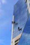 Tvagning Windows på höjd Royaltyfri Bild