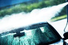 Tvagningbil i biltvätt arkivbilder