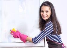 Tvagningfönster för ung kvinna Royaltyfri Fotografi