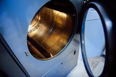 Tvagningmaskin med den guld pläterade valsen Arkivbild