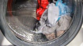 Tvagningmaskinen tvättar långsam kläder stock video