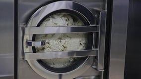 Tvagningmaskinen tvättar vit linne arkivfilmer