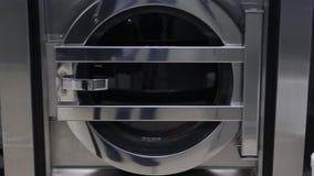 Tvagningmaskinen tvättar vit linne stock video