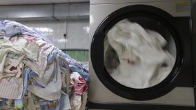 Tvagningmaskinen tvättar vit linne lager videofilmer