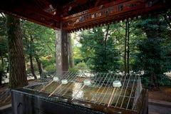 Tvagningvatten på den japanska relikskrin Royaltyfri Foto
