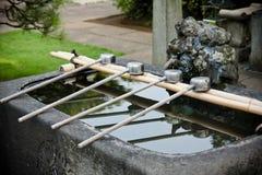 Tvagningvatten på den japanska relikskrin Arkivfoto