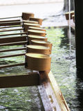 Tvagningvatten på den japanska relikskrin Arkivbild