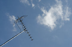 TVantenn på den blåa skyen Arkivfoton