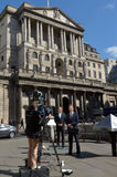 TVbesättning på Bank of Englandcentralbankhögkvarteren Royaltyfria Bilder