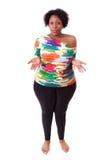 Tvekande ung fettig svart kvinna som upp ser - afrikanskt folk Royaltyfri Foto