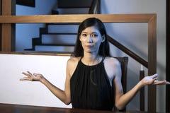 Tveksam ung kvinna fotografering för bildbyråer