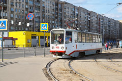 Tver, Россия - могут 07 2017 трасса 5 трамваев на останавливает железнодорожный вокзал Стоковые Фото