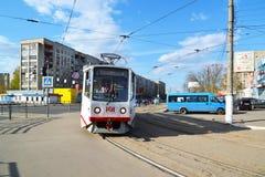 Tver, Россия - могут 07 2017 трасса 5 трамваев на останавливает железнодорожный вокзал Стоковое Изображение RF