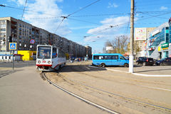 Tver, Россия - могут 07 2017 трасса 5 трамваев на останавливает железнодорожный вокзал Стоковые Фотографии RF