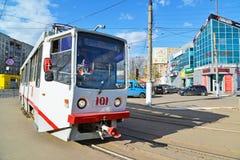 Tver, Россия - могут 07 2017 трасса 5 трамваев на останавливает железнодорожный вокзал Стоковое Изображение