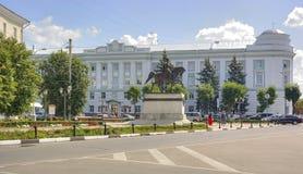 Tver Monumento ao príncipe a Mikhail de Tver e de administrati Fotografia de Stock Royalty Free