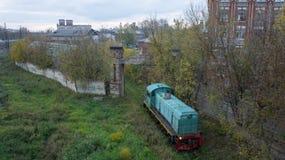 Tver, Rusia - 5 de octubre de 2015: El diesel locomotor va al depósito Tver, Rusia Imágenes de archivo libres de regalías