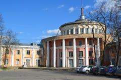 Tver, Rusia - pueden 07 2017 Edificio viejo de la estación del río en la costa Athanasius Nikitin Imagen de archivo libre de regalías