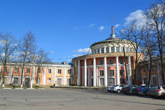 Tver, Rusia - pueden 07 2017 Edificio viejo de la estación del río en la costa Athanasius Nikitin Fotos de archivo libres de regalías