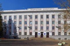 Tver, Rusia - pueden 07 2017 El edificio de la universidad técnica en la costa Afanasy Nikitin Foto de archivo