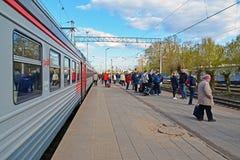 Tver, Rusia - pueden 07 2017 La gente va a entrenar en la estación Foto de archivo libre de regalías