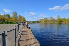 Tver, Rusia - pueden 07 2017 Quay del río de Tvertsa Imágenes de archivo libres de regalías