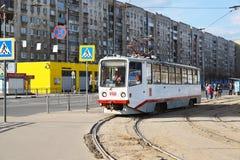 Tver, Rusia - pueden 07 2017 ruta de 5 tranvías en el ferrocarril de la parada fotos de archivo