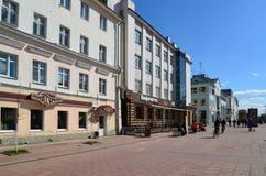 Tver, Rusia - pueden 07 2017 Trehsvyatskaya - calle turística de los peatones en el centro de ciudad Fotografía de archivo